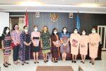 Terima Buku Pesona Baju Adat Pengantin Indonesia, Ini Kata Ketua DWP Kota Kupang