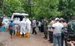 Satgas Covid-19 Rote Ndao Ambil Jenazah yang Dibawa Pulang Keluarga